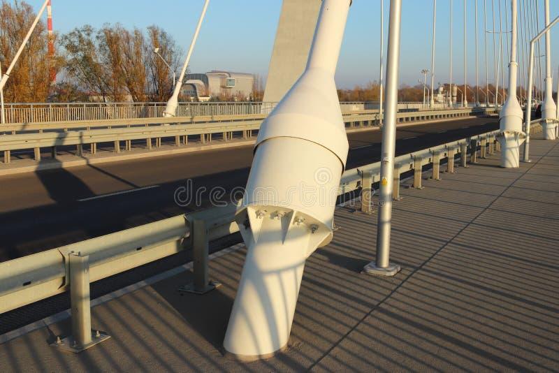 Rzeszow, Polônia - 9 9 2018: Ponte suspendida da estrada através do rio de Wislok Estrutura tecnologico da construção do metal Ar foto de stock royalty free