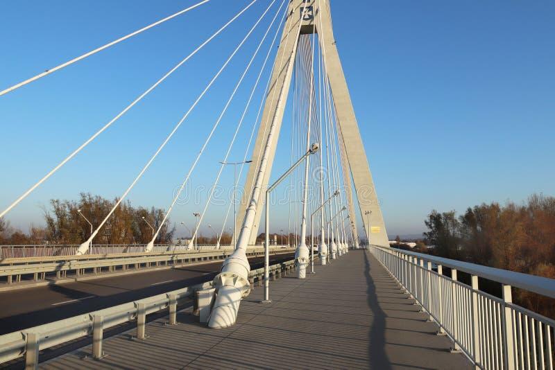 Rzeszow, Polônia - 9 9 2018: Ponte suspendida da estrada através do rio de Wislok Estrutura tecnologico da construção do metal Ar fotos de stock royalty free