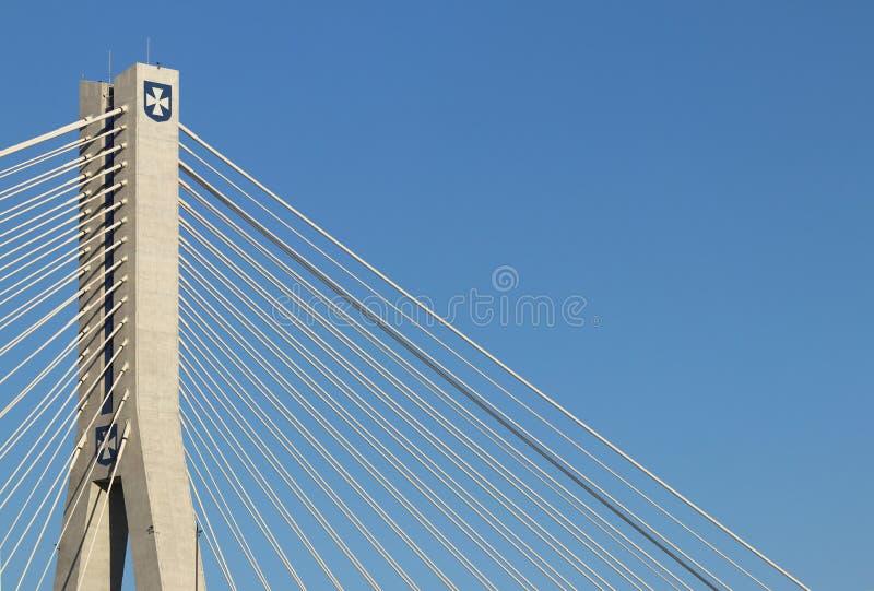 Rzeszow, Polônia - 9 9 2018: Ponte suspendida da estrada através do rio de Wislok Estrutura tecnologico da construção do metal Ar fotografia de stock