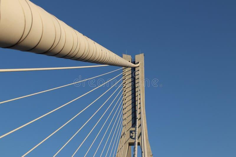 Rzeszow, Polônia - 9 9 2018: Ponte suspendida da estrada através do rio de Wislok Estrutura tecnologico da construção do metal Ar imagem de stock