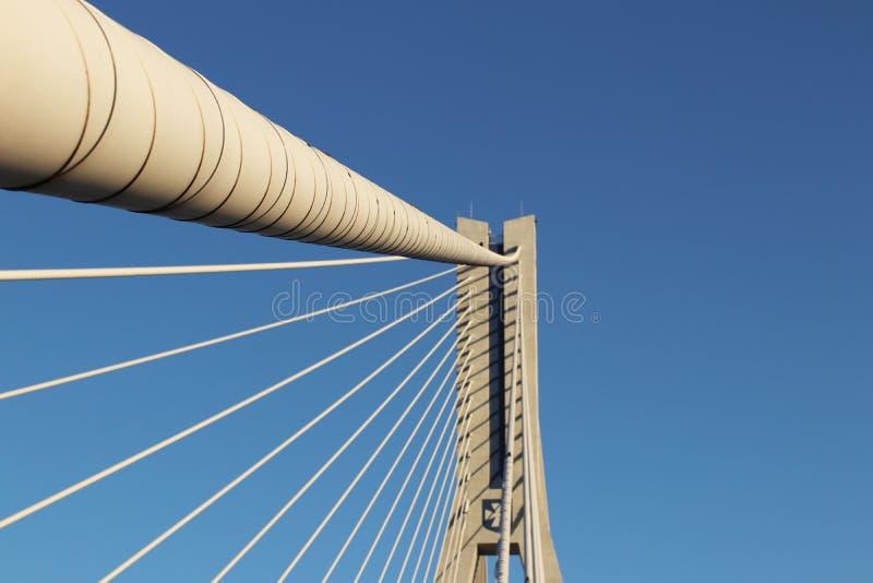 Rzeszow, Polônia - 9 9 2018: Ponte suspendida da estrada através do rio de Wislok Estrutura tecnologico da construção do metal Ar imagens de stock royalty free