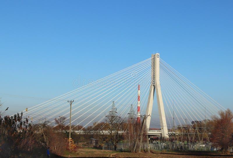 Rzeszow, Polônia - 9 9 2018: Ponte suspendida da estrada através do rio de Wislok Estrutura tecnologico da construção do metal Ar imagens de stock