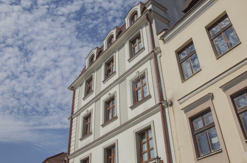 Rzeszow, Polen, Europa - blauwe hemel en oude traditionele gebouwen stock foto