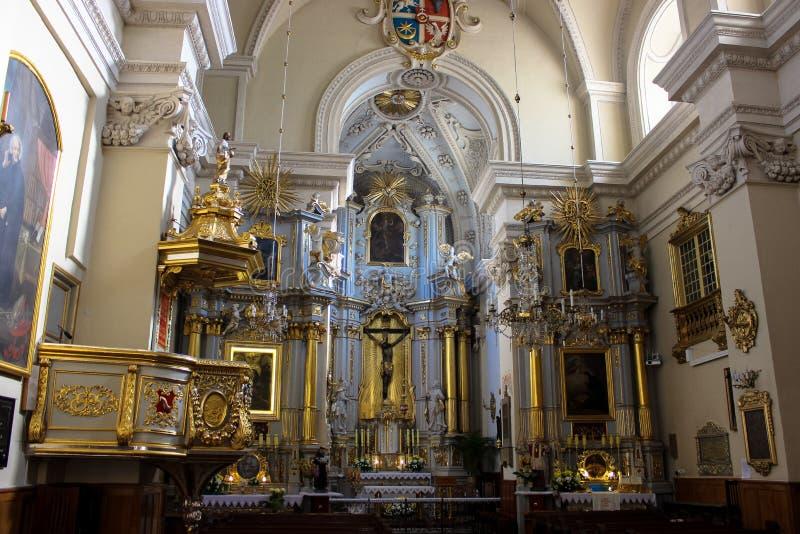 Rzeszow Polen - inre av den forntida katolska kyrkan arkivbild
