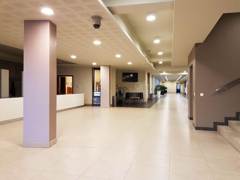 Rzeszow Polen - kan 30 2018: Inre av en modern byggnad Hotellmottagandet Strängt tålt begrepp av byggnadsdesignen arkivbilder