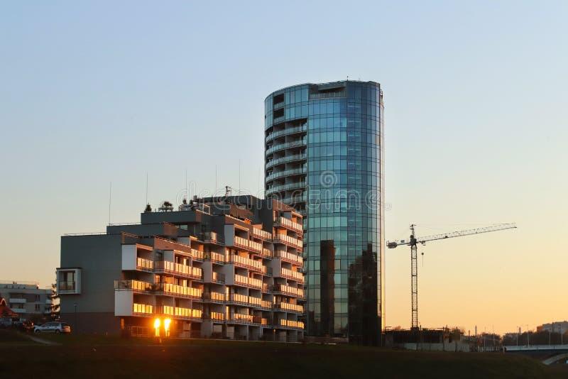 Rzeszow, Polen - 8 oct 2018: Modern woonflatgebouw in de avond zonsondergang Urbanisatie en bouw in ci royalty-vrije stock afbeeldingen