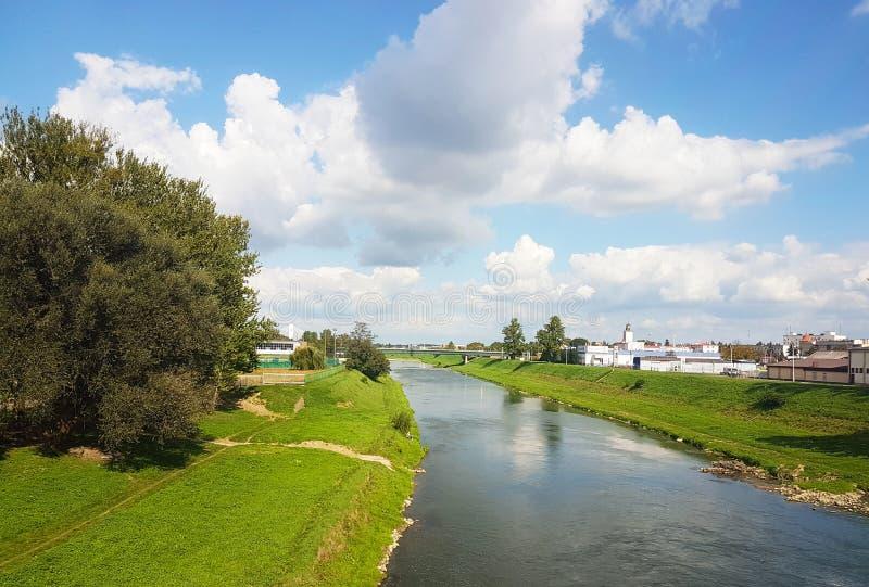 Rzeszow, Pologne : promenade de ville Rivière de Wislock un jour ensoleillé d'été Parc pour les citoyens de marche avec un champ  photos stock