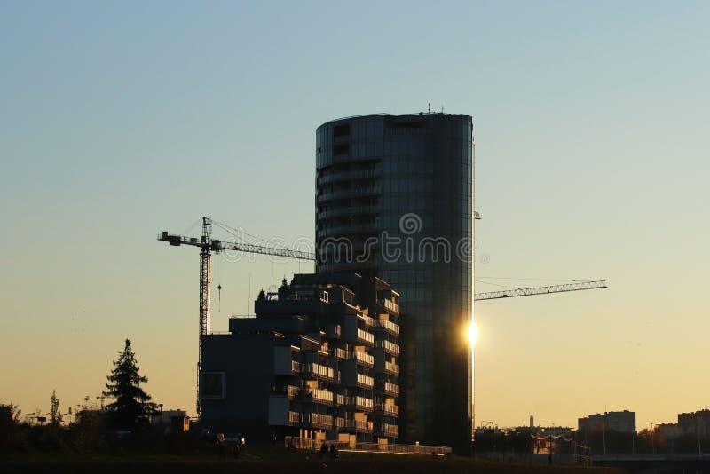 Rzeszow, Polonia - 10 18 2018: Costruzione di alto edificio multipiano Grattacielo ammobiliato di armatura del metallo pericoloso fotografia stock libera da diritti