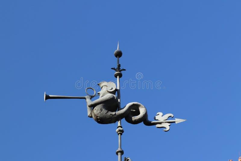 Rzeszow, Polonia - 10 9 2018: Figura del molde del metal en la aguja del ayuntamiento El símbolo de la comunidad urbana bajo la f fotos de archivo
