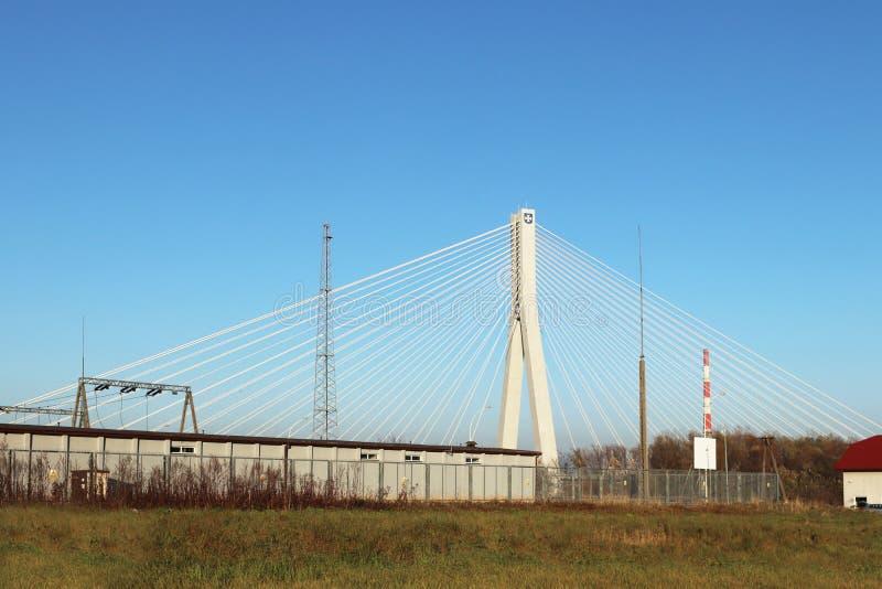 Rzeszow, Polonia - 9 9 2018: Puente suspendido del camino a través del río de Wislok Estructura tecnológica de la construcción me fotos de archivo