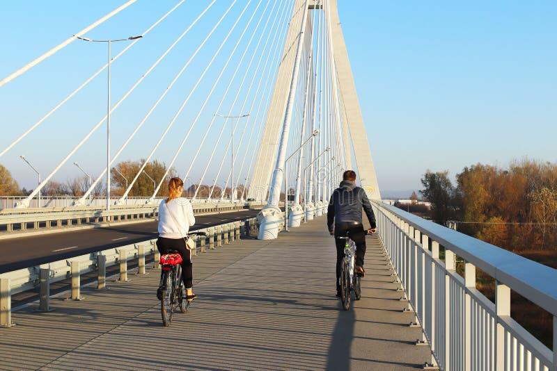 Rzeszow, Polonia - 9 9 2018: Puente suspendido del camino a través del río de Wislok Estructura tecnológica de la construcción me imagen de archivo