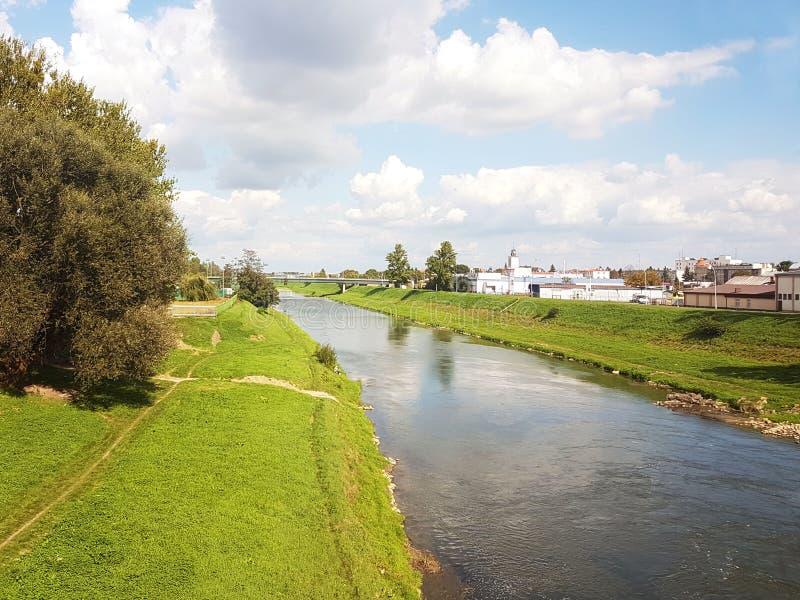 Rzeszowski, Polska: miasto deptak Wislock rzeka na lato słonecznym dniu Park dla chodzących mieszkanów z tor wyścigów konnych Spa obraz royalty free