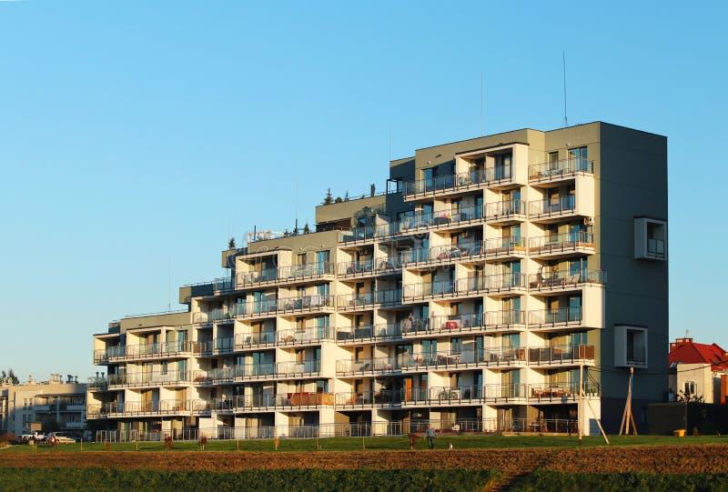 Rzeszowski, Polska, Oct - 8 2018: Nowożytny mieszkaniowy budynek mieszkaniowy w wieczór zmierzchu Urbanizacja i budowa w ci zdjęcie stock