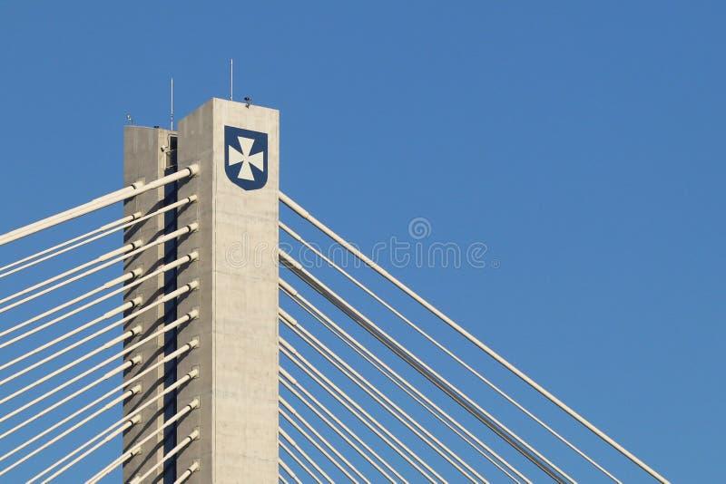 Rzeszowski, Polska - 9 9 2018: Zawieszony droga most przez Wislok rzekę Metal budowy technologiczna struktura Nowożytny łuk fotografia royalty free