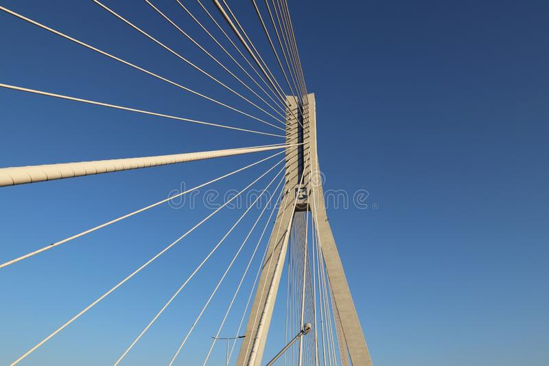 Rzeszowski, Polska - 9 9 2018: Zawieszony droga most przez Wislok rzekę Metal budowy technologiczna struktura Nowożytny łuk zdjęcie royalty free