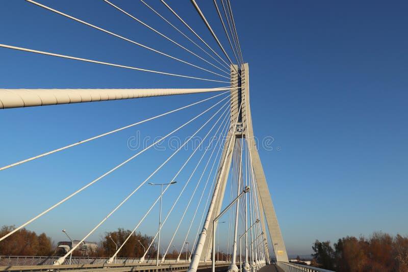 Rzeszowski, Polska - 9 9 2018: Zawieszony droga most przez Wislok rzekę Metal budowy technologiczna struktura Nowożytny łuk obraz stock