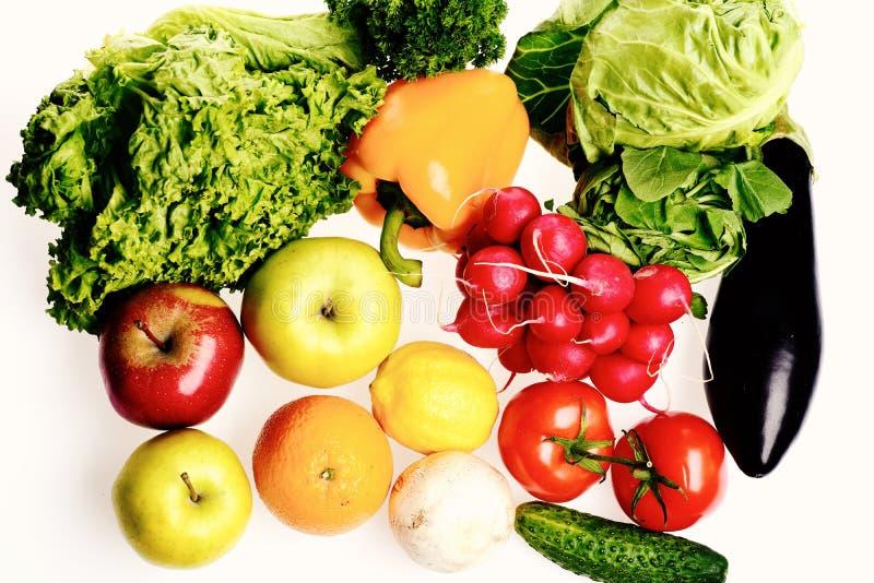 Rzodkiew, kapusta, pomidory, aubergine, ogórek, sałatka i owoc, Zdrowy odżywianie i organicznie produktu pojęcie zdjęcie stock