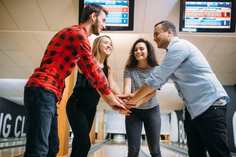 Rzucać kulą drużyny łączyć ręki przed rywalizacją zdjęcie royalty free