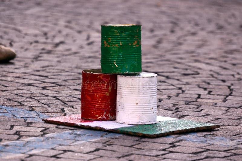 Rzucać kulą z Blaszanymi puszkami - włoszczyzny flaga zdjęcia royalty free