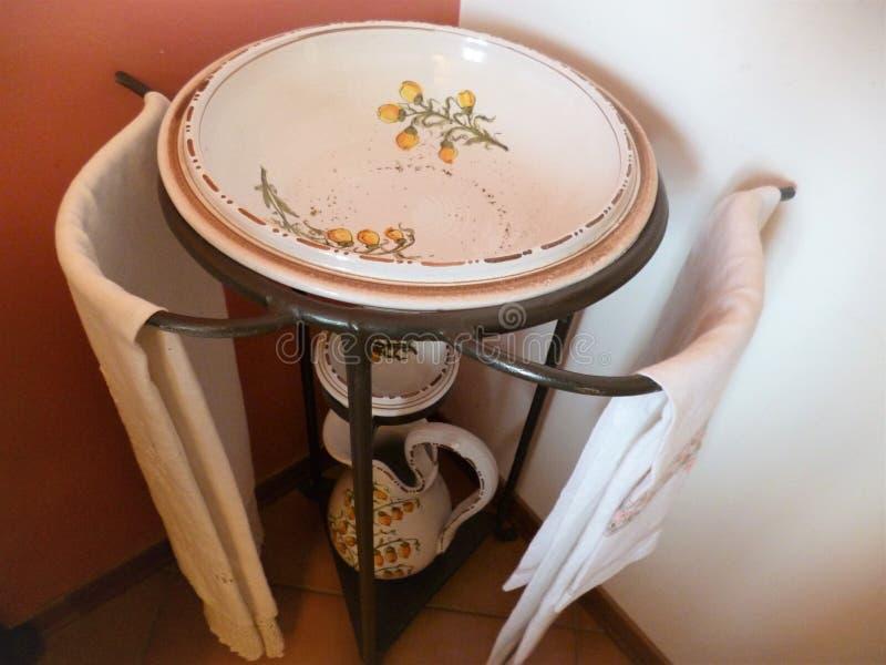 Rzuca kulą i miotacz dla myć na żelaznym stojaku fotografia royalty free