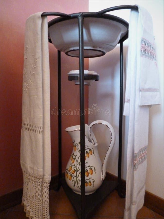 Rzuca kulą i miotacz dla myć na żelaznym stojaku zdjęcia royalty free