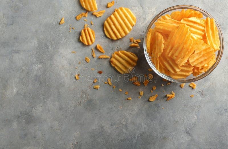Rzuca kulą z smakowitymi crispy frytkami na popielatym stole zdjęcie stock