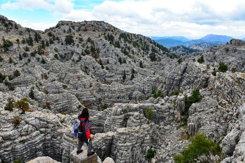 Rzucający wyzwanie, niebezpieczne, niezwykłe góry, zdjęcie stock