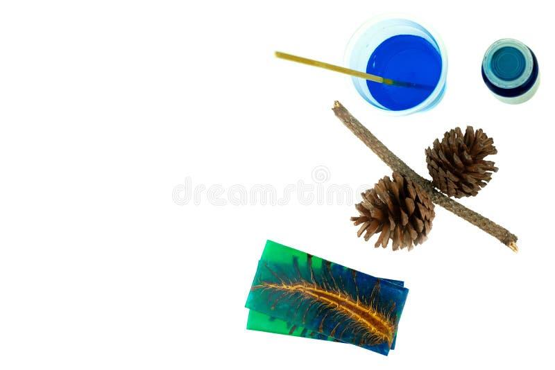 Rzucony sosna rożka hybryd i mieszać koloru epoxy żywicę w plastikowej filiżance zdjęcie stock