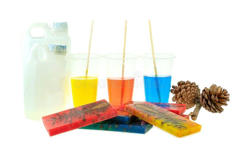 Rzucony sosna rożka hybryd i mieszać koloru epoxy żywicę w plastikowej filiżance zdjęcia stock
