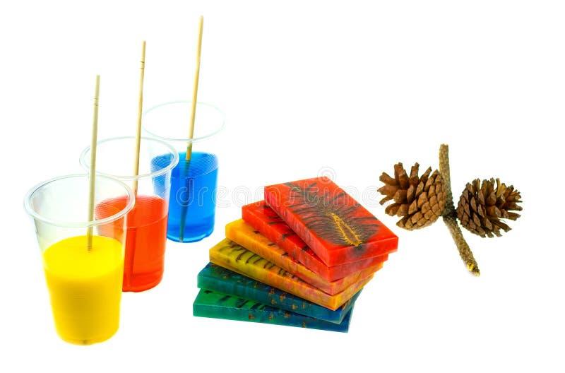 Rzucony sosna rożka hybryd i mieszać koloru epoxy żywicę w plastikowej filiżance obrazy stock