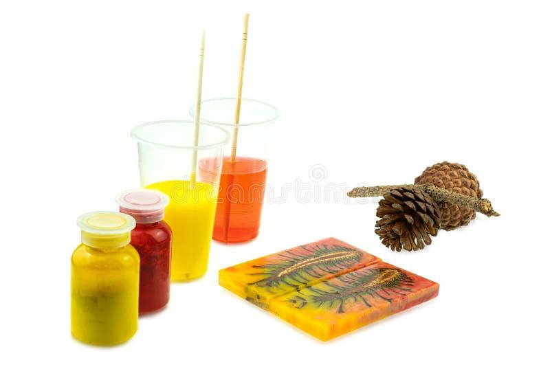 Rzucony sosna rożka hybryd i mieszać koloru epoxy żywicę w plastikowej filiżance fotografia stock