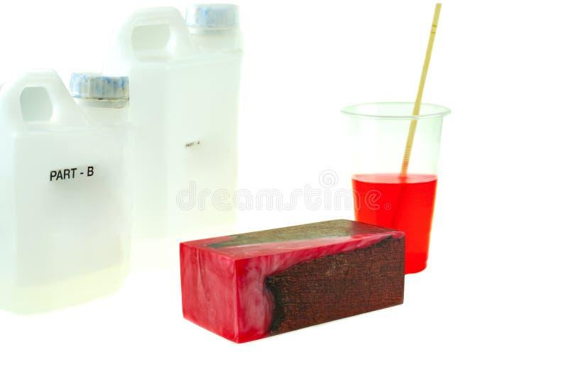 Rzucony sosna rożka hybryd i mieszać koloru epoxy żywicę w plastikowej filiżance zdjęcie royalty free