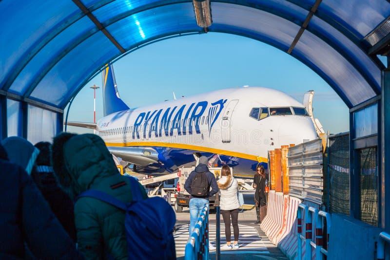 Rzym Ciampino Włochy, Styczeń, - 12, 2019: Ludzie czekać na abordaż Ryanair samolot na Ciampino lotnisku blisko Rzym Ryanair jest obrazy royalty free