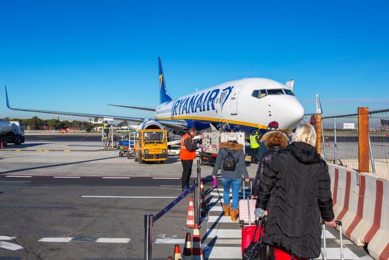 Rzym Ciampino Włochy, Styczeń, - 12, 2019: Ludzie czekać na abordaż Ryanair samolot na Ciampino lotnisku blisko Rzym Ryanair jest obrazy stock