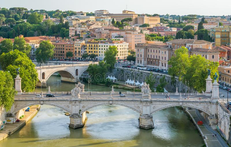Rzym linia horyzontu jak widzieć od Castel Sant ` Angelo z mostami Vittorio Emanuele, II Amedeo Savoia Aosta i książe zdjęcia royalty free