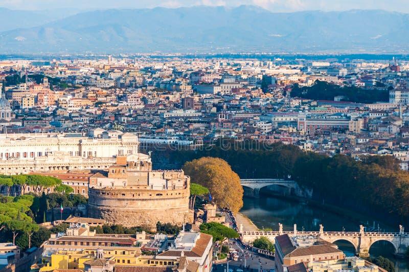 Rzym pejzażu miejskiego linia horyzontu miastowy widok z mauzoleumem Hadrian, znać jako Castel Sant Angelo, kasztel Święty anioł  obrazy stock