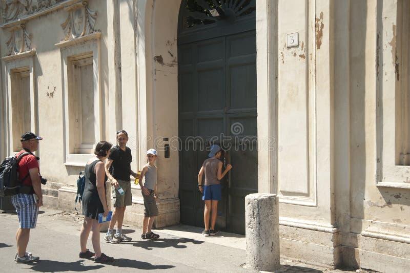 Rzym turyści przy keyhole fotografia stock