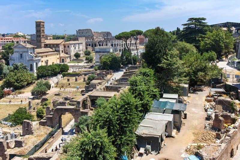 RZYM WŁOCHY, CZERWIEC, - 24, 2017: Panoramiczny widok od palatynu wzgórza ruiny Romański forum w mieście Rzym zdjęcia stock