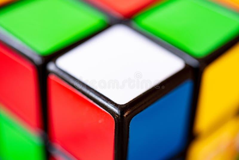 Rzym, Włochy Czerwiec 30 2018 Rubik sześcianu ekstremum zakończenie up zdjęcia stock