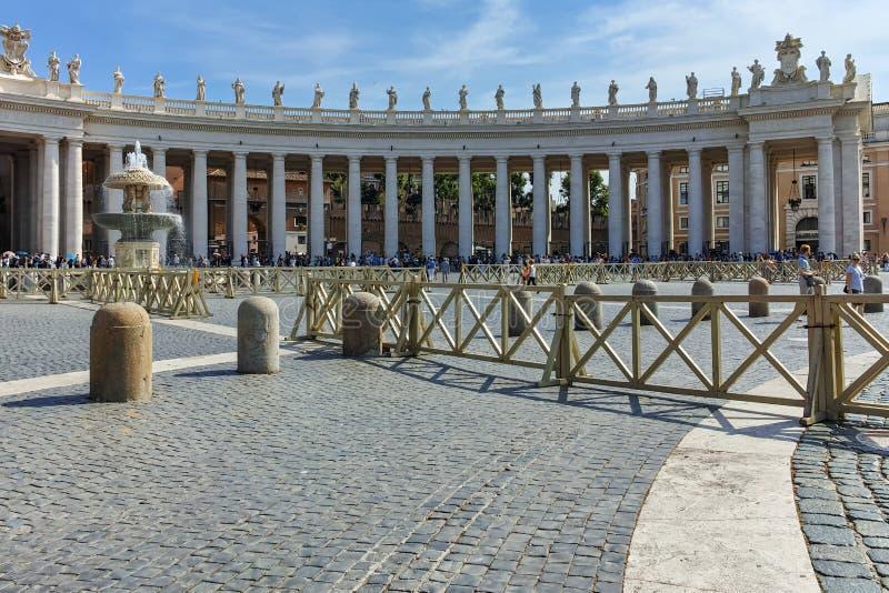 RZYM WŁOCHY, CZERWIEC, - 23, 2017: Zadziwiający widok świętego Peter ` s St Peter i kwadrata ` s bazylika w Rzym zdjęcia stock