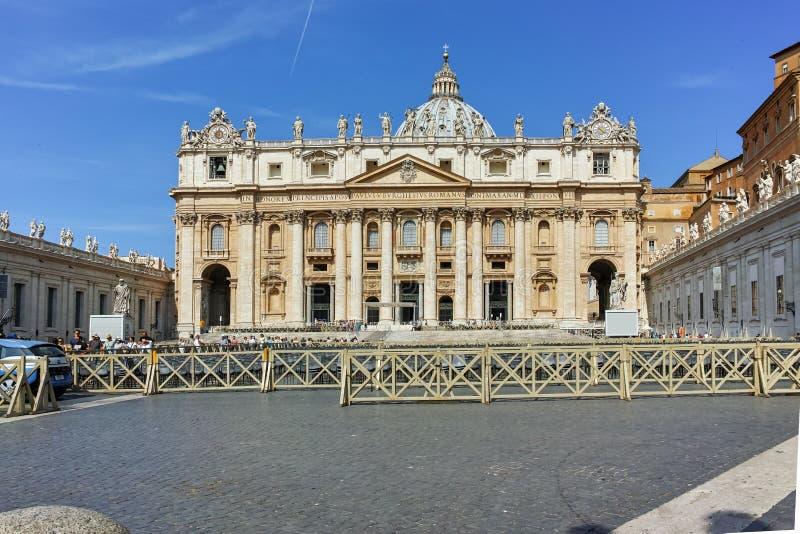RZYM WŁOCHY, CZERWIEC, - 23, 2017: Zadziwiający widok świętego Peter ` s St Peter i kwadrata ` s bazylika w Rzym zdjęcia royalty free