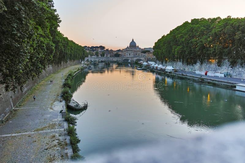 RZYM WŁOCHY, CZERWIEC, - 22, 2017: Zadziwiający zmierzchu widok Tiber St Peter i rzeki ` s bazylika w Rzym zdjęcia stock