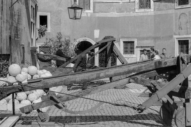Rzym, Włochy, 1966 - goście podziwiają antyczne katapulty lokalizować na ramparts Castel Sant «Angelo obraz stock