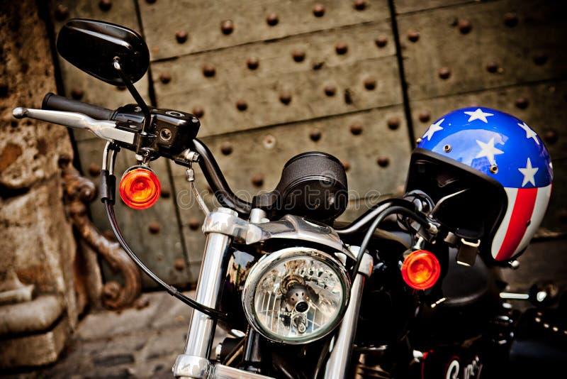 RZYM WŁOCHY, KWIECIEŃ, -, 25: Motocykl Harley Davidson z hełmem z flaga amerykańska stylem, Kwiecień 25, 2013 obrazy royalty free