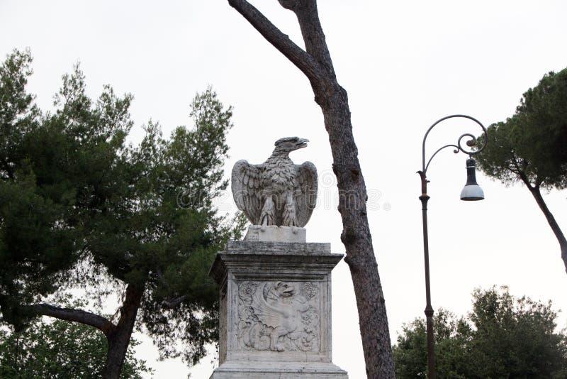 Rzym Włochy, Maj, - 29, 2018: orzeł statua w willi Borghese parku Dekoracje i zabytki Borghese park w Rzym, Włochy fotografia royalty free