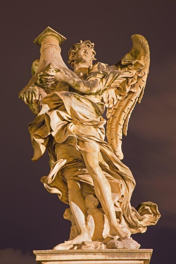 RZYM WŁOCHY, MARZEC, - 9, 2016: Anioł z kolumną na Ponte Sant ` Angelo Antonio Raggi zdjęcia royalty free