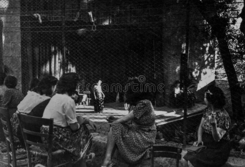 Rzym, Włochy 1937 - Niektóre dziewczyny uczęszczają plenerowego teatru przedstawienie zdjęcia stock