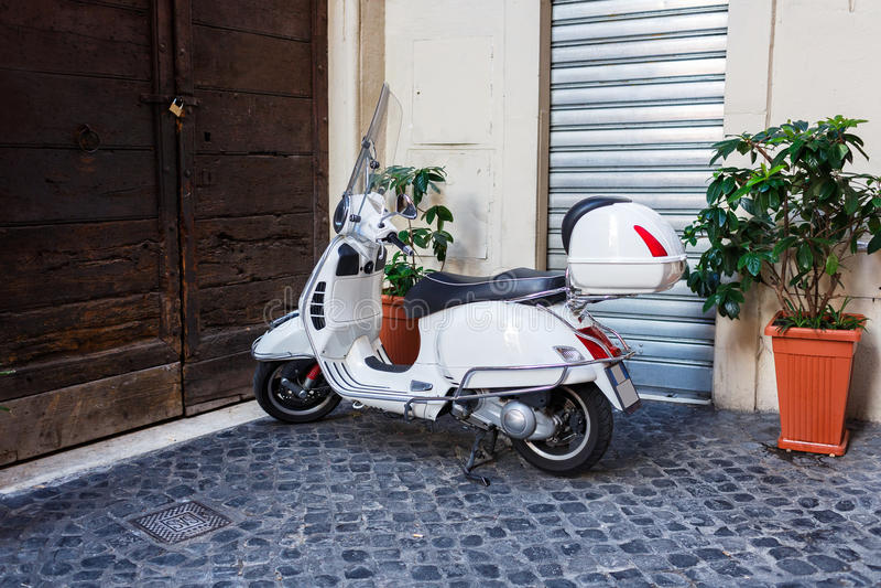 RZYM WŁOCHY, Wrzesień, - 9 2016: Parking motocykle na ulicie Rzym, rower, historia, retro, klasyk zdjęcie royalty free