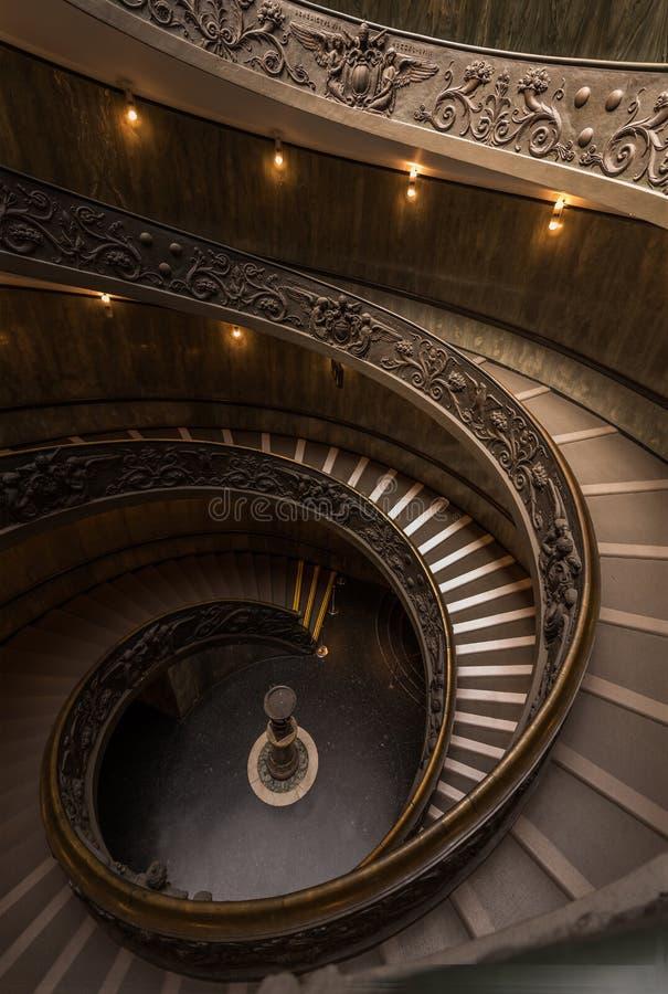 25/5000 Rzym, Watykański muzeum - fontanna przy bazą, fotografia stock