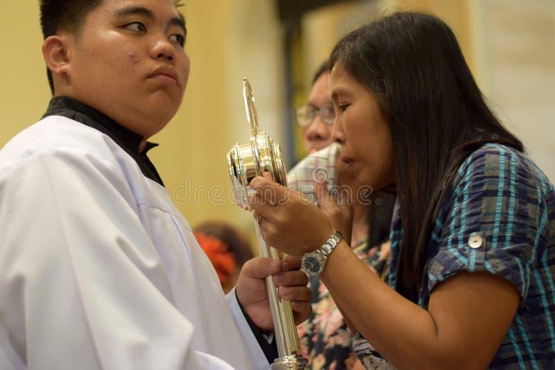 Rzymskokatolickim kobietom dają rzadkiej szansie całować Świętą monstrancję podczas grodzkiego lajkonika zdjęcie stock